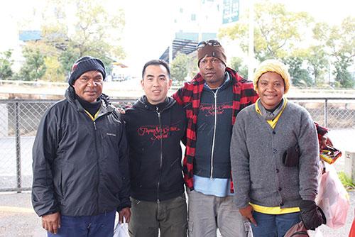 武藤さん(左から2番目)と漁師さんたち