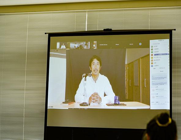 リモートで講演する杉本さん