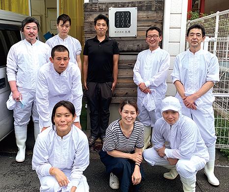 相田美穂さん(前列中央)とスタッフの皆さん